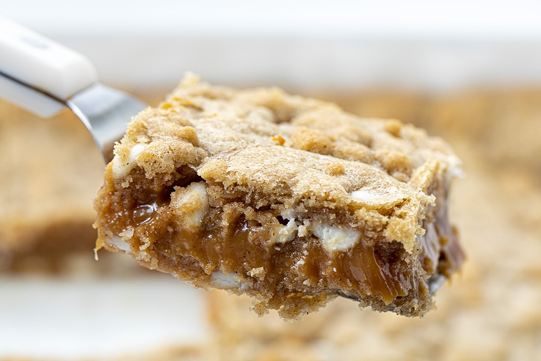 Pumpkin Spice White Chocolate Chip Caramel Bars | i am baker