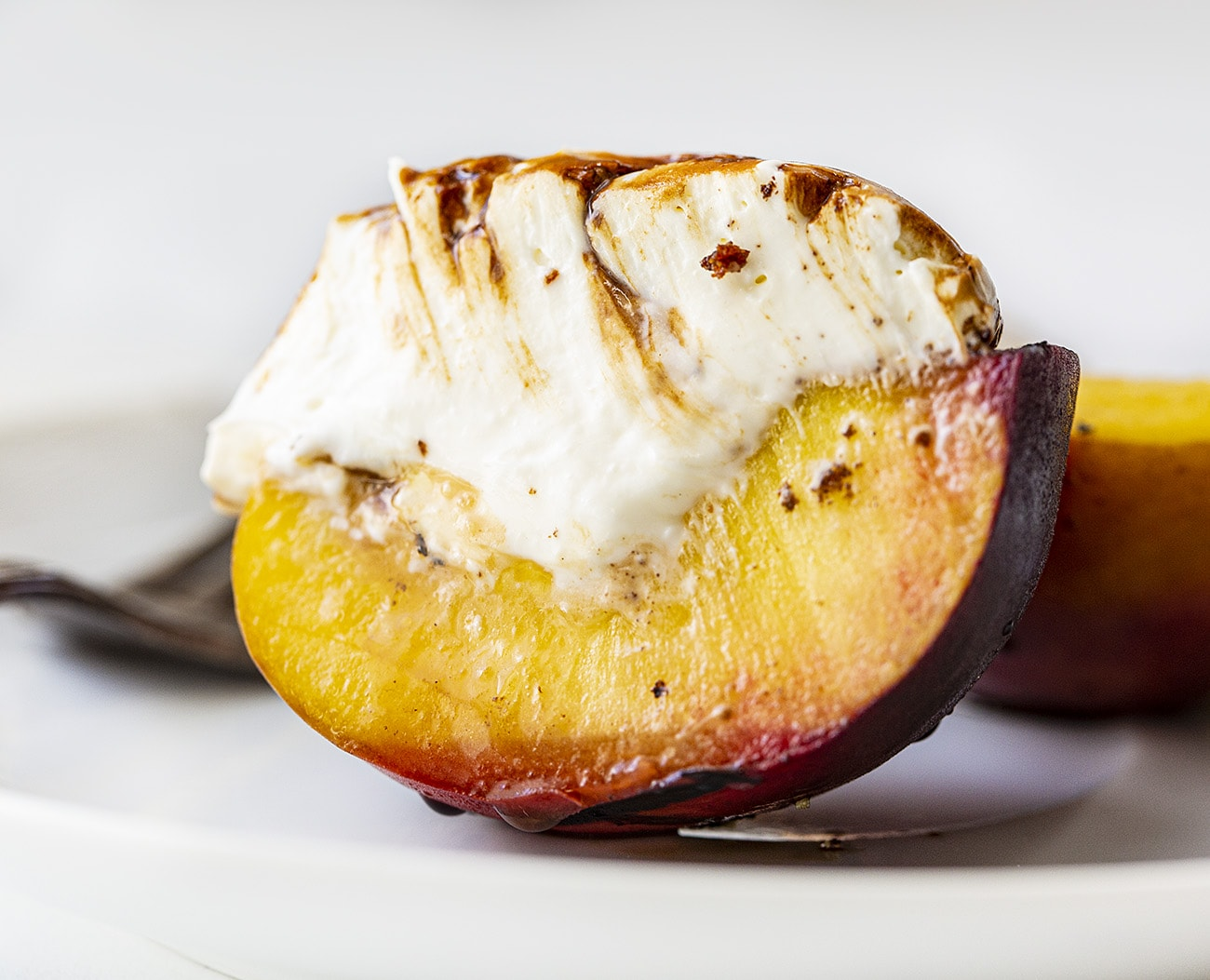 Grilled Peaches with Vanilla Chai Cream | i am baker